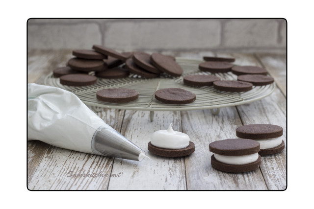 Choc mallow piping 3